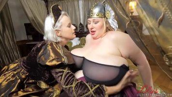 امرأتان مثليات ناضجتان ، إحداهما رفيعة جدًا والأخرى بدينة جدًا