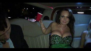 النساء الجميلات اللواتي قدمن بضعة أكواب من الكحول ويبدأن في التقبيل