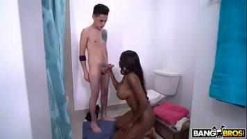 امرأة سوداء رائعة مع ثديي رائعتين تمتص قضيب الصبي