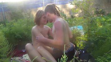 الكلبة ممارسة الجنس مع رجل على بطانية في نزهة