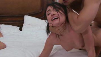 فتيات جميلات يمارسن الجنس في غرفة فندق مع نفس الرجل