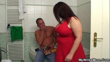 امرأة ناضجة سمينة جدا الذي يجعل مخلب الرجل