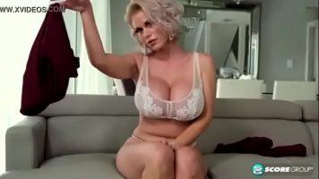 الشابة التي تستيقظ في الصباح وتريد ممارسة الجنس
