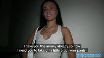امرأة سمراء نحيفة لطيفة تعطي اللسان لطيفًا جدًا للرجل