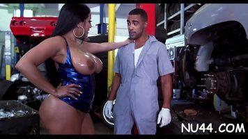 امرأة سوداء رائعة لديها ثديين كبيرين وتعطى زيت