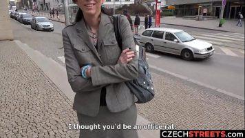 ديك شاب جيد يتم شراؤه في الشارع لممارسة الجنس